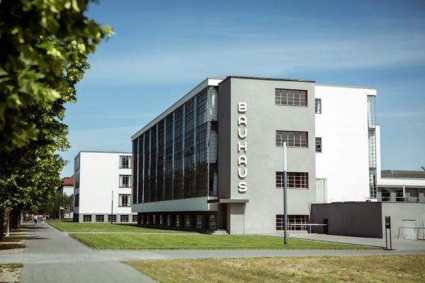 Das Bauhausgebäude mit dem markanten Schriftzug