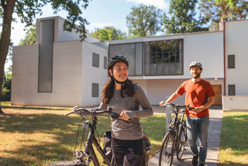 Radfahrer vor den Meisterhäusern in Dessau