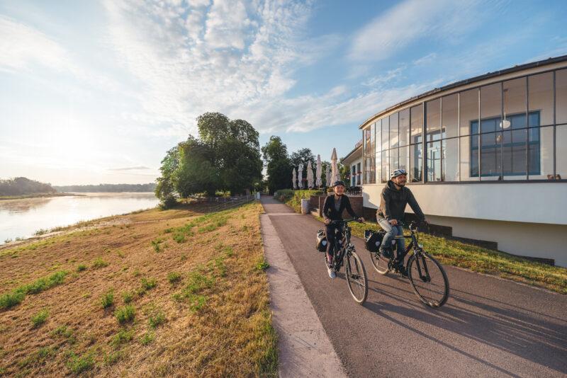 Radfahrer am Kornhaus auf dem Elberadweg
