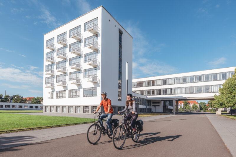 Radfahrer vor dem Bauhaus