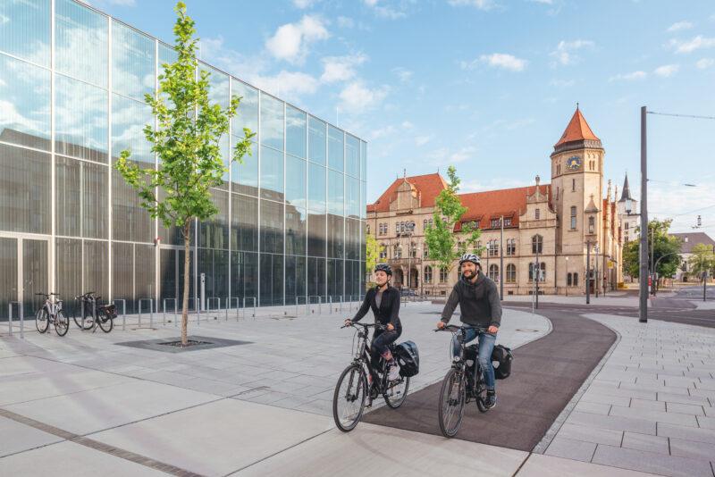 Zwei Radfahrer vor dem Bauhaus Museum in Dessau