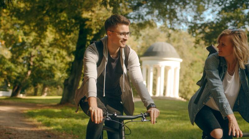 Zwei junge Radfahrer im Georgengarten