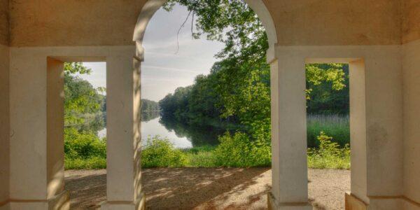 Blick durch den Eingang des Fuerstensitzes im Beckebruch auf den See