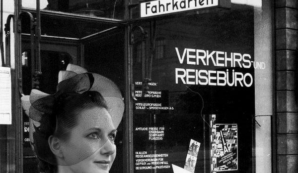 Ise Gropius vor dem Verkehrsbüro der Stadt Dessau