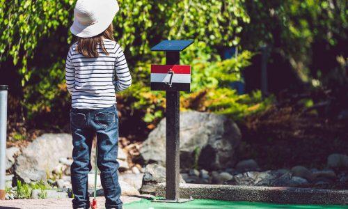 Kind auf einem Minigolfplatz in Dessau-Roßlau