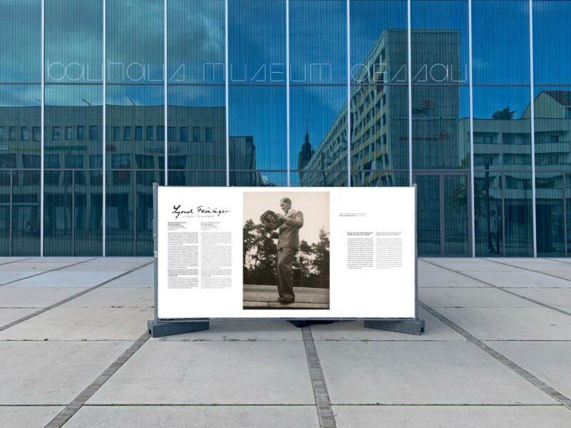 Plakat vor dem Bauhaus Museum zur Feininger Ausstellung
