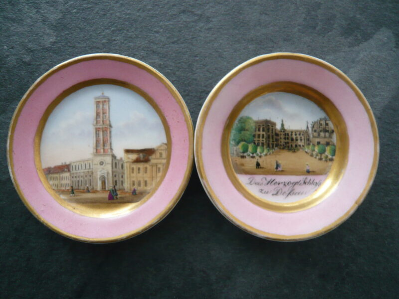 Zwei Porzellanteller mit Dessauer Gebäuden als Motiv